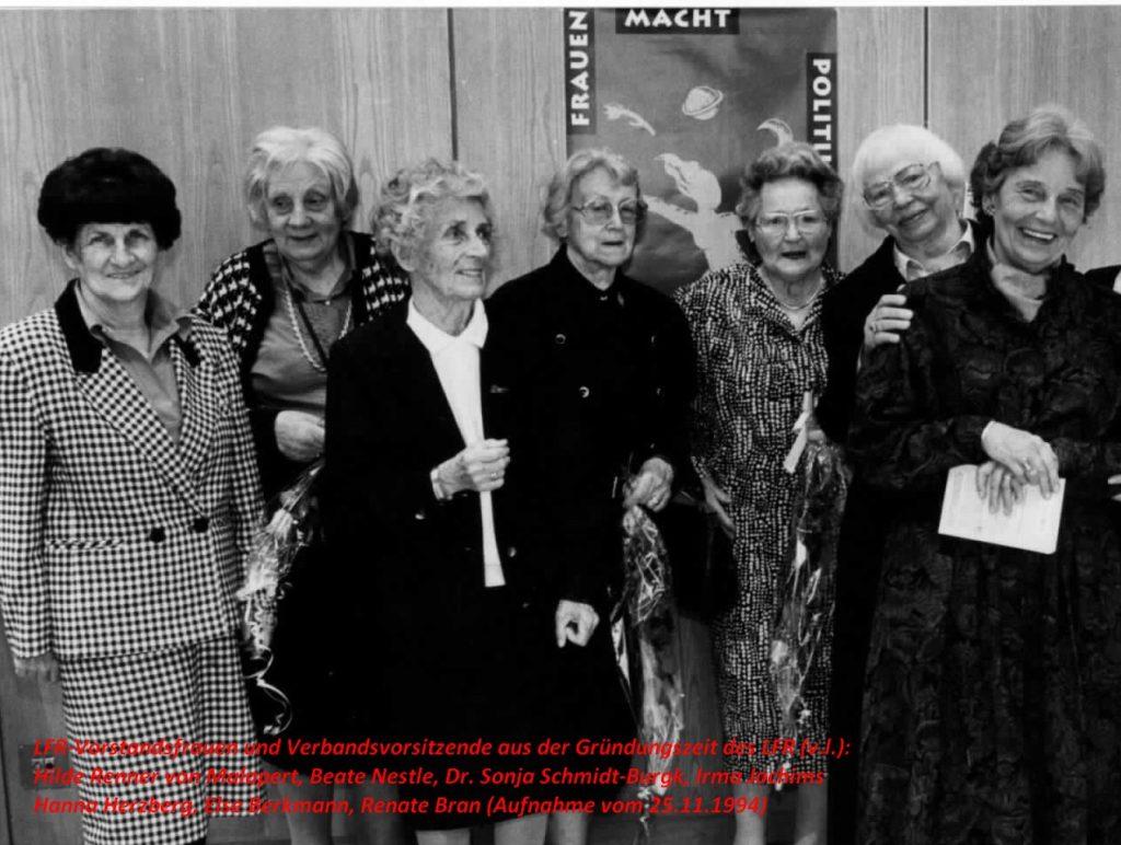 Ehrung der Gründerinnen und Wegbegleiterinnen v.l.n.r.: Hilde Renner von Malapert, Beate Nestle, Dr. Sonja Schmidt-Burgk, Irma Jochims, Hanna Herzberg, Else Berkmann, Renate Bran